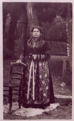 Frau in Tracht im Jahre 1914