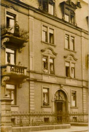 Sattlerstraße 23 - das haus wurde 1907 von Baumeister Georg Kneffel erbaut; es wurde im Krieg stark beschädigt, steht heute unter Denkmalschutz. 1980/81 wurde es von Architekt Werner Fischer wieder hergerichtet (siehe unten).