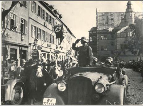 Panzerabteilung 49 nach der Rückkehr von der Front auf dem Marktplatz