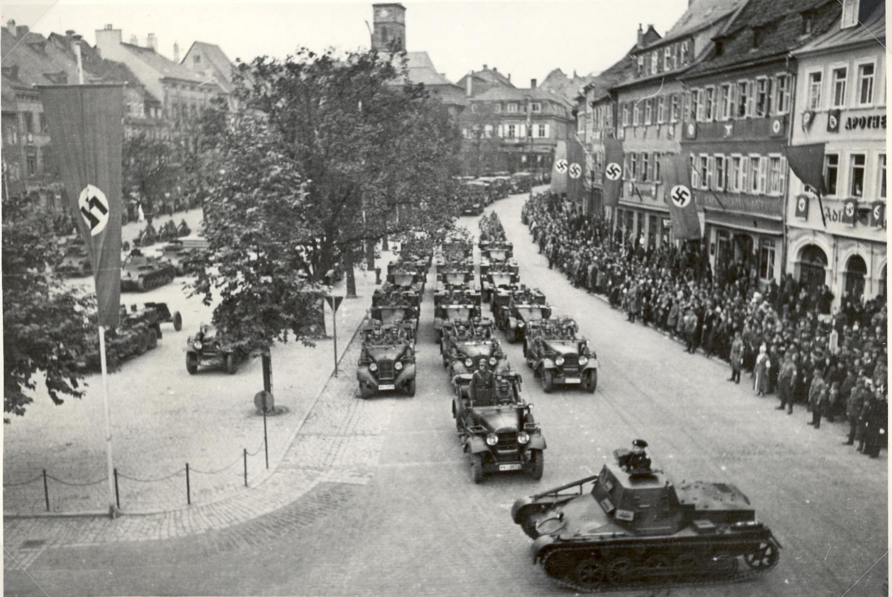 Panzerparade des Regiments 4 auf dem Marktplatz