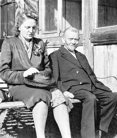 Rechts im Bild Fritz Soldmann im KZ kurz vor Kriegsende, als seine Schwiegertochter (im Bild) und sein Sohn ihn besuchten. Er ist bereits schwer von seiner Krankheit gezeichnet. Foto: Thorsten Weinsdörfer