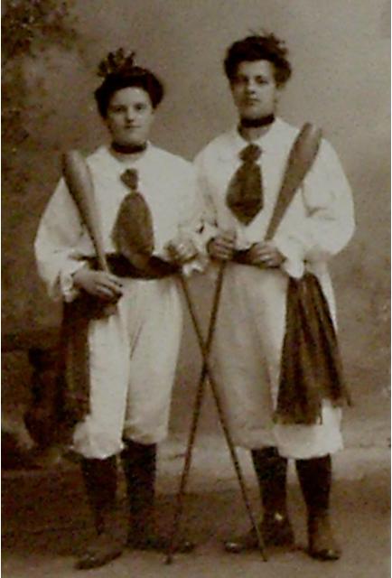 rechts meine Großmutter, Katharina Kupfer