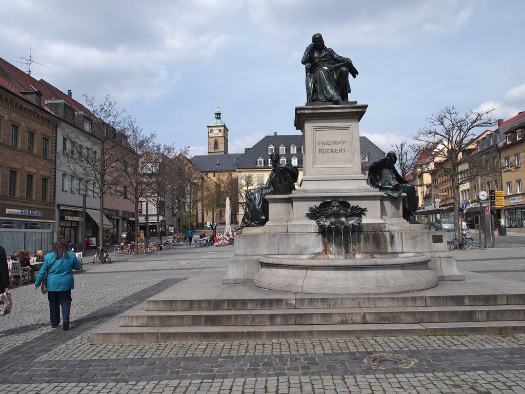 Das Rückertdenkmal 2011 (links hinten die St. Johanniskirche