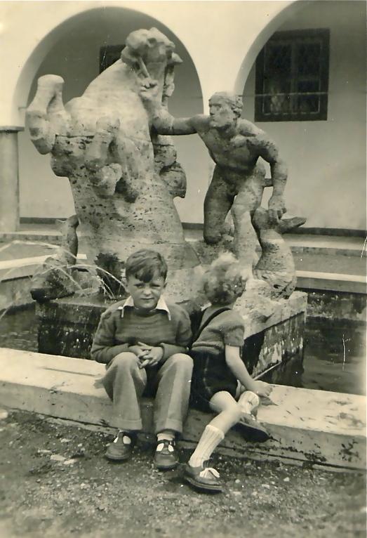Kinder am Brunnen vor dem Ernst-Sachs-Bad im Jahre 1950 - Danke an Isolde Miller
