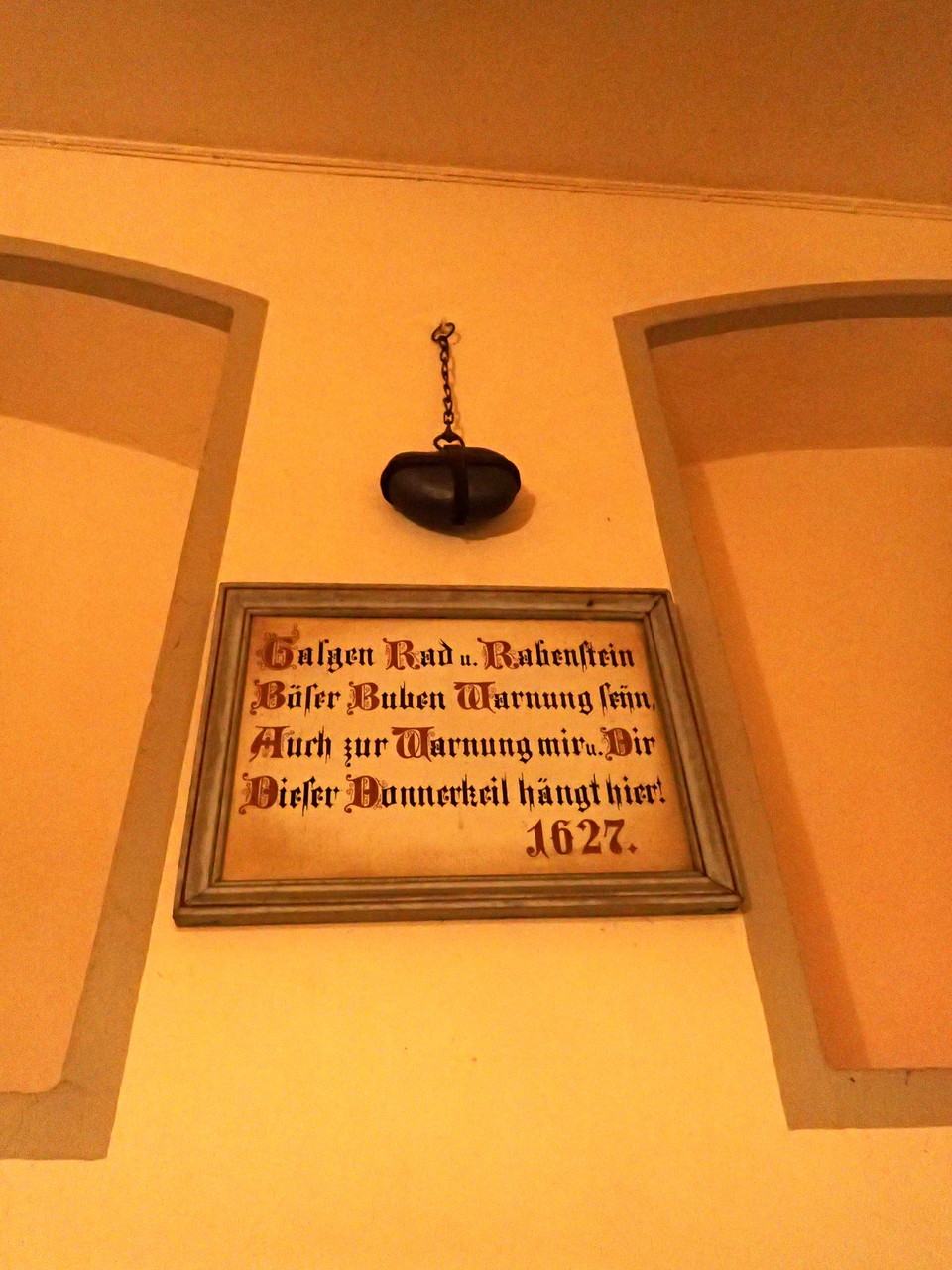 """Der """"Donnerkeil"""" im Hofdurchgang"""