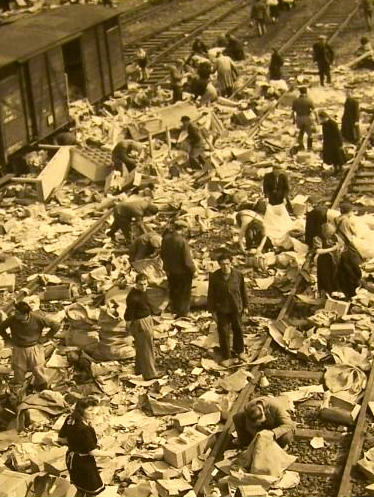 Befreite Zwangsarbeiter in Trümmern