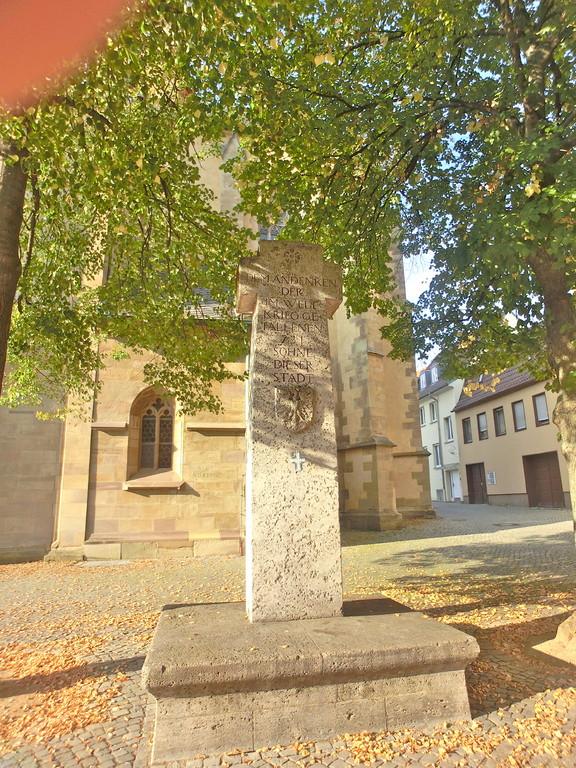 Das Kriegerdenkmal vor der St. Johanniskirche