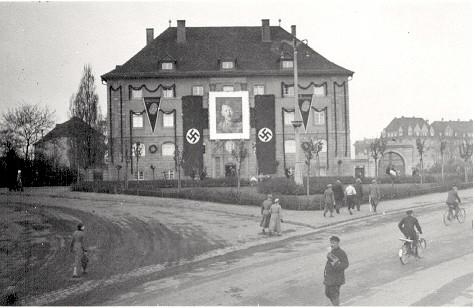 Verwaltungsgebäude der Säulenbasaltwerke Leimbach u. Co., Ernst - Sachs - Str. 24/26 Basaltstein GmbH, Beflaggung anlässlich 50. Geburtstages von Adolf Hitler? (20.4.1939)