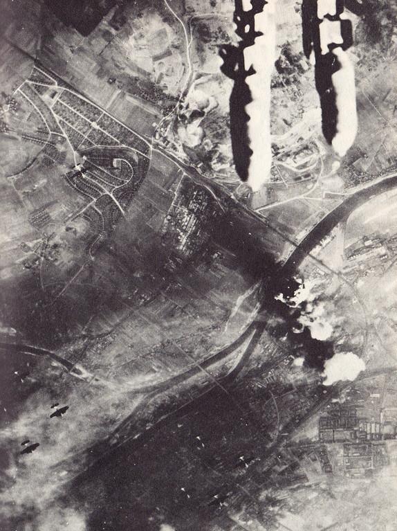 Während ein Teil der Bomben auf Schweinfurt einschlägt fallen neue auf Schweinfurt herab (17.08.1943)
