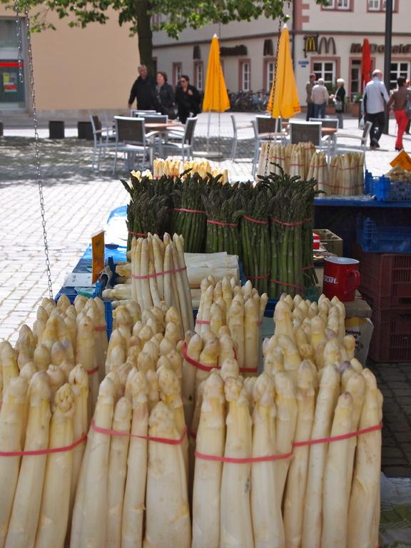 Spargelzeit auf dem Marktplatz in Schweinfurt 2012
