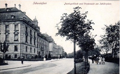 Justizgebäude mit Schillerplatz