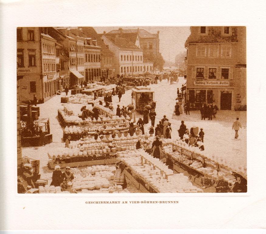Blick in die Schultesstraße mit Geschirrmarkt am Vierröhrenbrunnen - Danke an M. Kupfer