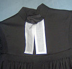 Bäffchen (Beffchen) - ist ein seit dem 17. Jahrhundert am Halsausschnitt getragenes 10–15 cm langes rechteckiges weißes Leinenstück.
