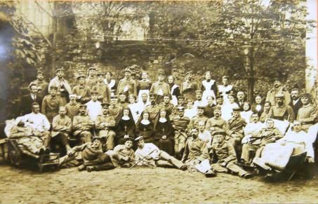 Soldaten mit Klosterschwestern in SW 1914