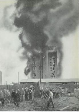 Das Sachsgebäude in der Ernst-Sachs-Straße brennt