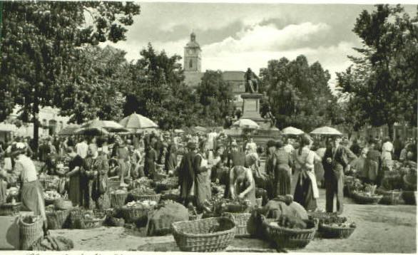 Reger Besuch auf dem Marktplatz; Friedrich Rückert schaut wie immer zu; im Hintergrund Johanniskirche