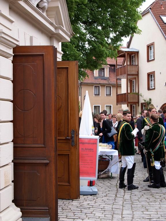 Hochzeitsgesellschaft vor dem Portal der St. Salvatorkirche zu Schweinfurt
