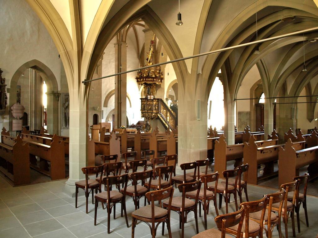 Blick durch das Kirchenschiff auf die Kanzel