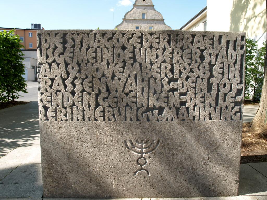 Auf der Rückseite des Gebäudes der Gedenkstein an der Stelle der im Dritten Reich zerstörten Synagoge