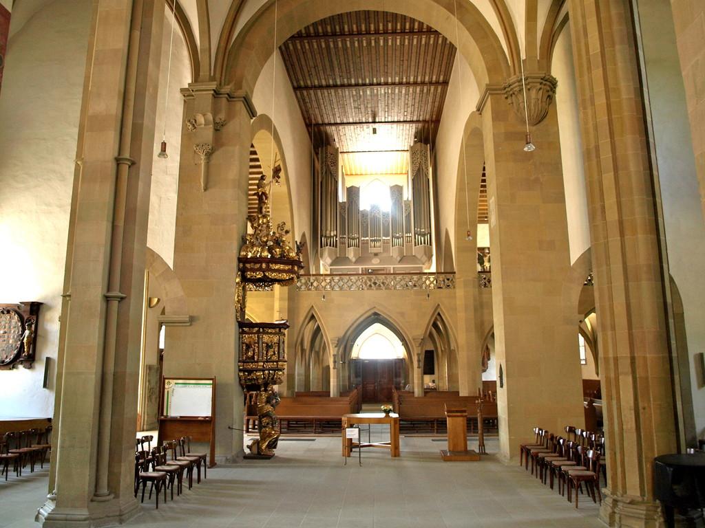 Blick durch das Längsschiff auf die Orgel