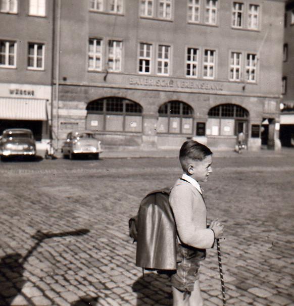 Der Marktplatz mit Bayer. Vereinsbank und Eingang Keßlergasse Anfang der 1950er - Danke an Klaus Best (auf dem Foto)