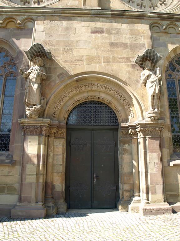 """Spätromaisches """"Brautportal""""; der Name geht auf die mittelalterliche Gepflogenheit zurück, den juristischen Teil der Eheschließung vor dem Kirchenportal zu absolvieren, bevor der Priester das Paar in die Kirche zur Brautmesse führte"""