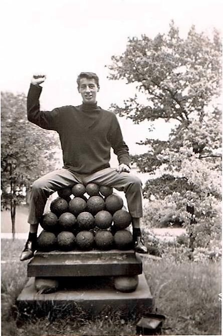 Karl Dill sitzt in den 1960ern auf Kanonenkugeln im Fichtelsgarten. Diese sind heute nicht mehr vorhanden. Wohin sie wohl gekommen sind? Der Sockel ist noch vor Ort.