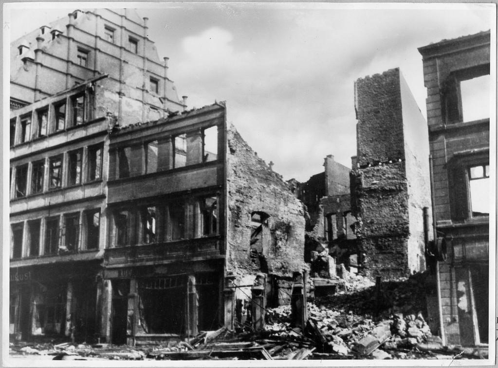 Die Gebäude neben dem Rathaus fast völlig zerstört
