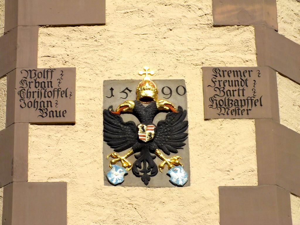 Das Wappen am Zeughausturm mit den beiden Inschriften