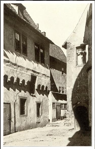 Gebäude links daneben