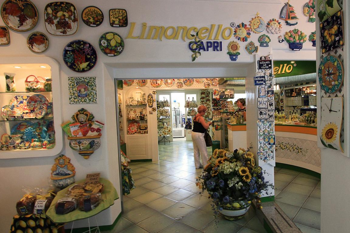 Basia na zakupach w sklepiku na Capri