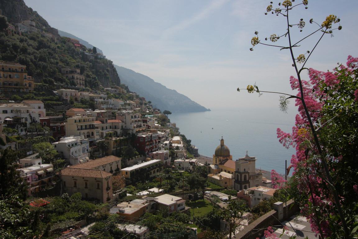 Widok z gorskiej sciezki na szlaku do Montepertuso