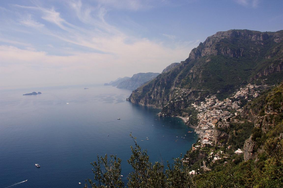 ... w oddali Capri, a nieco blizej Positano