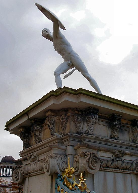 Figura pochodzaca ze Stadionu Olimpijskiego przy wejsciu na zamek