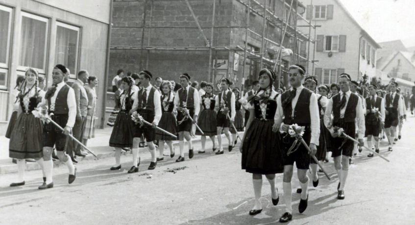 Im Jahr 1960 stolz in der Langen Gasse unterwegs beim Herbstfestumzug – die roten und die grünen Tänzer, im Bild zeitbedingt schwarzweiß.