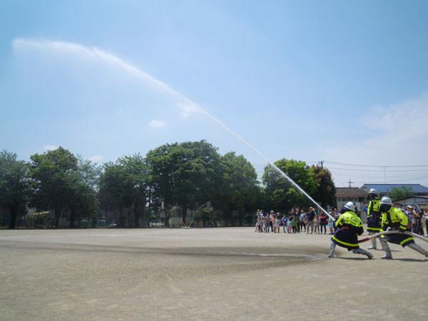 第四分団員による火事現場と同様の手順での放水デモ。
