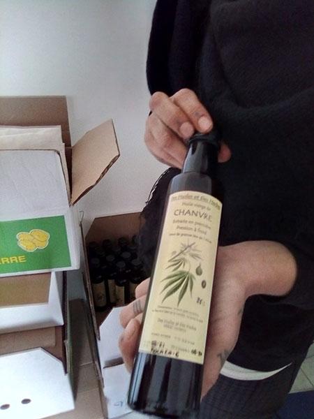 Une bouteille d'huile de 25cl, il existe aussi des bouteilles de 10 cl.