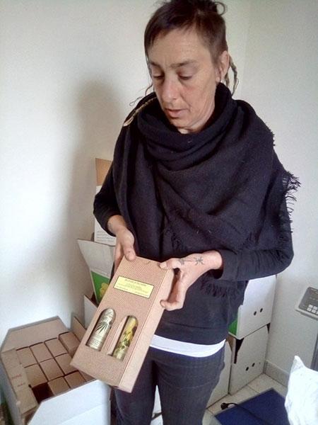 Cécile nous présente son coffret cadeau 2 bouteilles d'huiles avec le mode emploi.