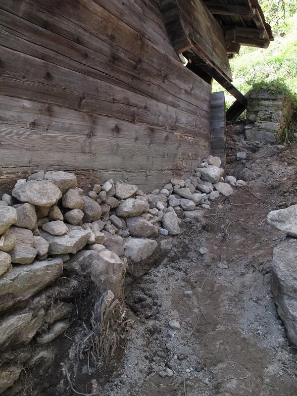 die Erde war höher als die Steine gegen die Holzwand gespült