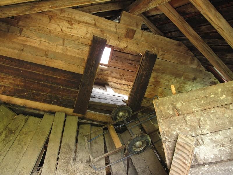 die Kamera ist wirklich horizontal ausgerichtet, die Schieflage vor dem Aufrichten des oberen Hausteiles