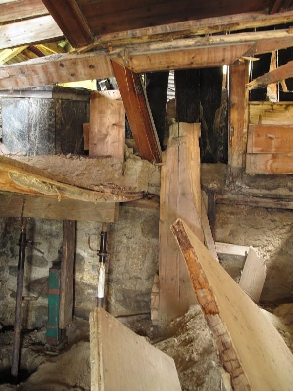 die Mitte des Hauses, ein Puzzle aus Holz, Fels, Kies und Sand