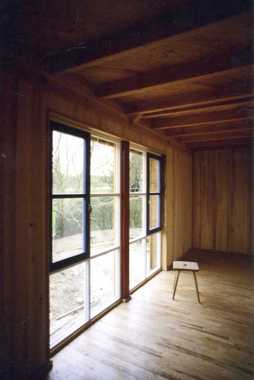 zarte Fensterprofile, Wände in Esche, Böden mit Eßkastanie, Decken Douglasie