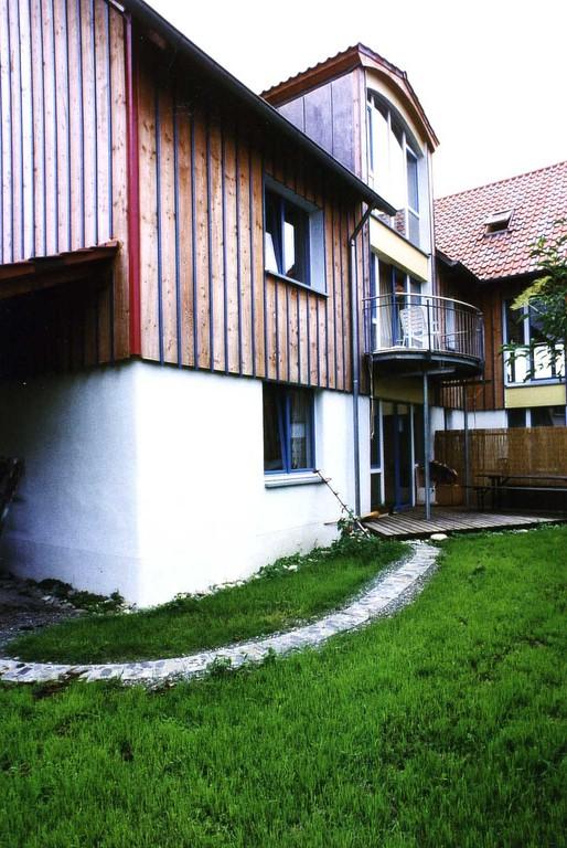 die größeren Wohnungen haben Terrassen oder Balkon