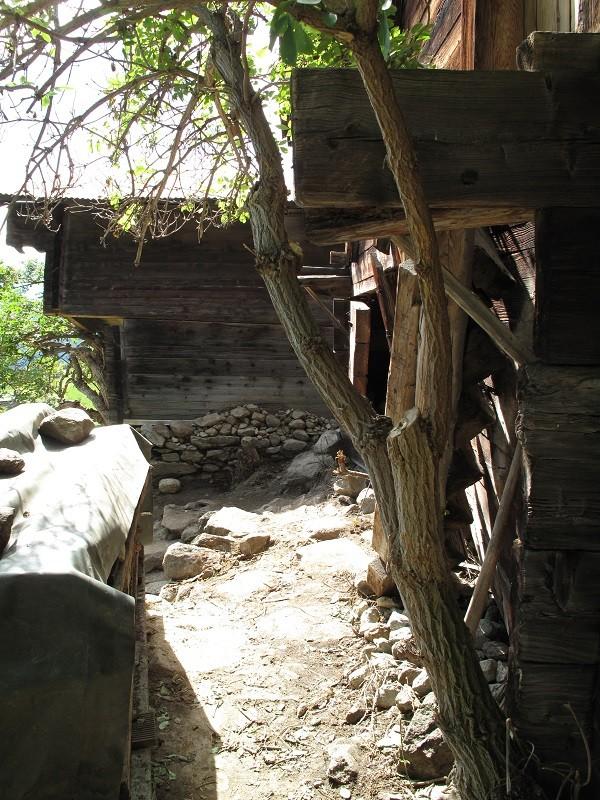 hinten das Wohnhaus, man sieht, wie der obere Teil zum Tal verschoben wurde