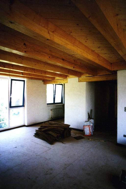durch Holzbalkendecken auch ohne Möbel schon wohnlich