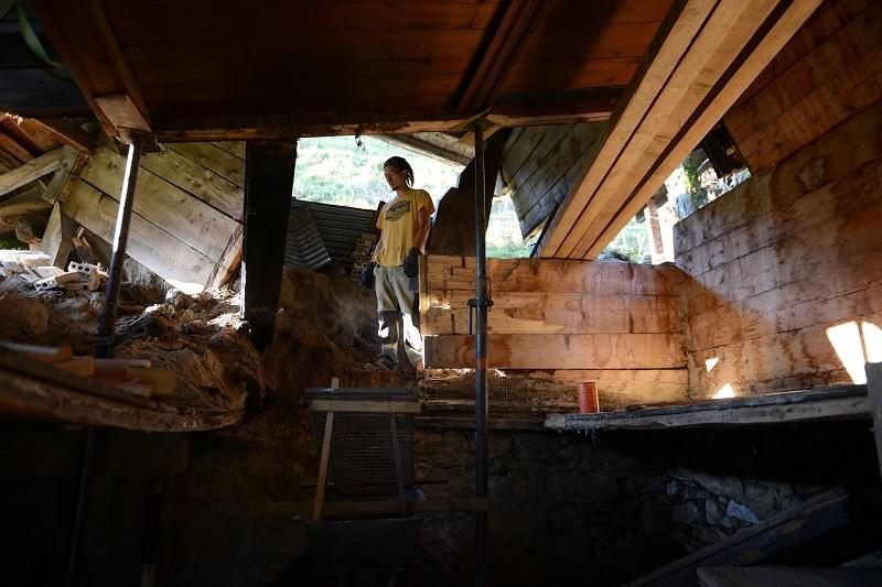 der obere Teil des Hauses auf den Sprießenb, die Mittelwand und die Küchendecke entfernt
