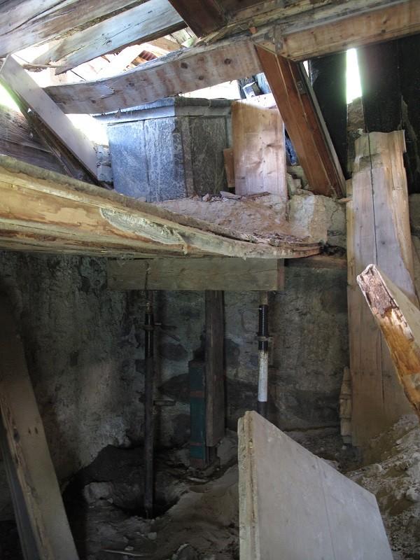 oben die eingedrückte Zwischenwand, der Specksteinofen war einmal in der Stube