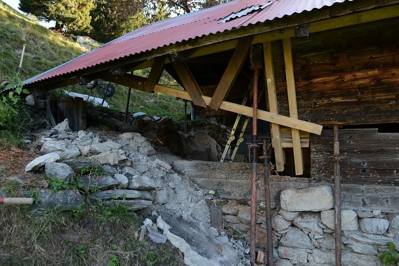 das Fachwerk trägt das Dach beim Anheben des Hauses