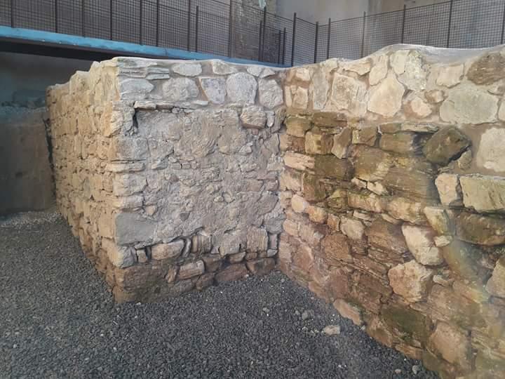 Los muros de la muralla, reventados por las máquinas y restaurados a posteriori, dejando muchas evidencias visuales del desastre, recién excavado y recién destrozado.