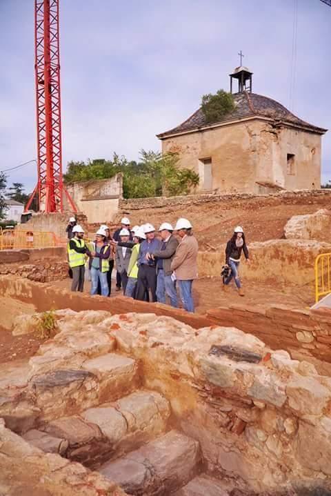 Hoy si llevan casco los arqueologos y arquitectos... ¡ah! que esta la prensa, y es visita oficial...ya veo...